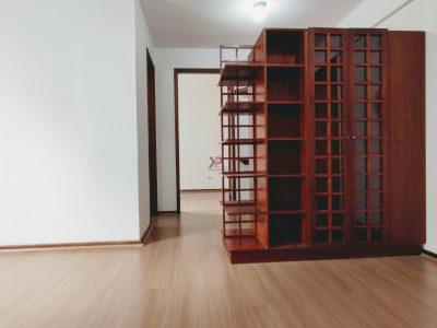 Sala com móvel que divide para um escritório