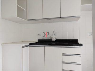 Cozinha com armários e granito novos