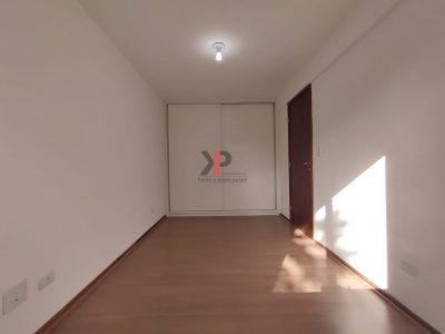 Amplo dormitório com armário